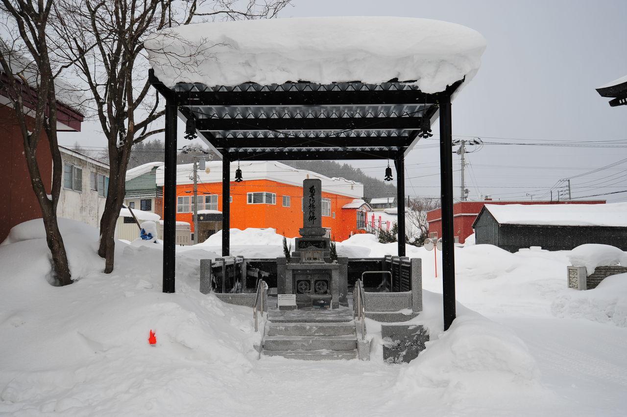 屋根付き供養塔は冬でもお参りできました。